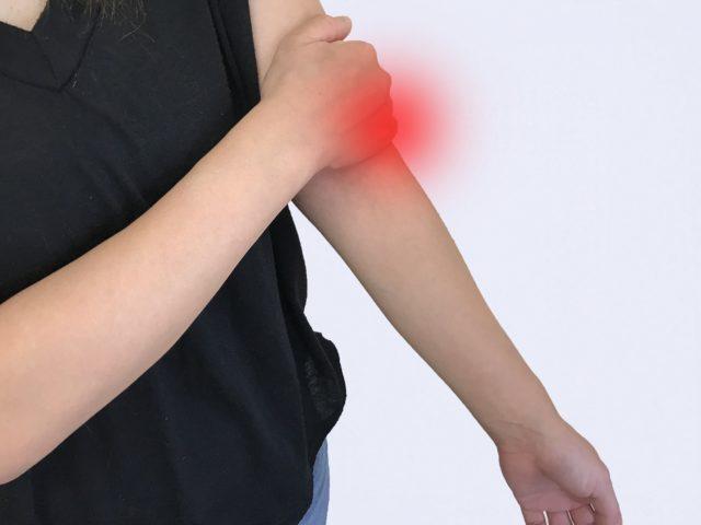 肘の痛みと猫背の関係は?痛み止めを飲んでも良くならないのはなぜか?